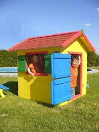 Barevný dětský domeček na zahradu